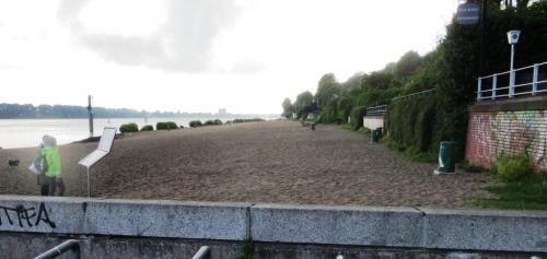 ... and the rather curious beach on the Elbe ...