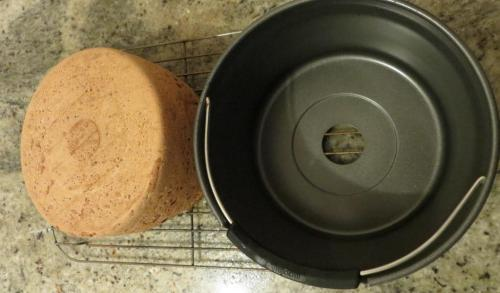 In spite of the hole in the pan, the loaf doesn't leak through it.